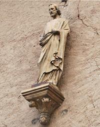 Skulptur an der Fassade   des Duisburger Hofs